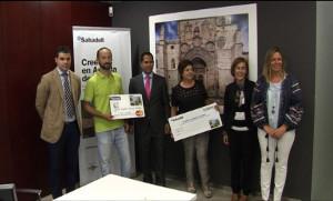 Los agraciados con la Concejala de Comercio y Consumo, la presidenta de ACOA y los representantes de Banco Sabadell
