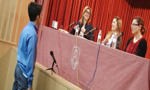 Un alumno realizando una pregunta a la Alcaldesa.